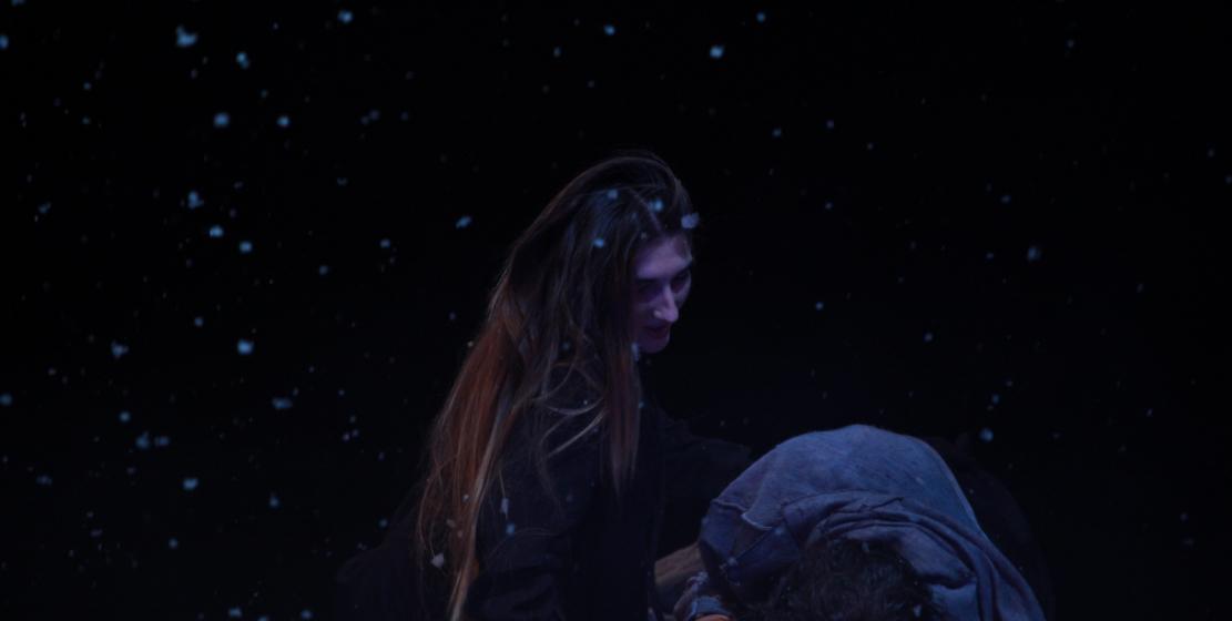 Juliet cansız yatan sevgilisini görüyor...