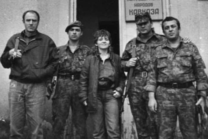 Анна Бройдо и добровольцы перед зданием штаба Конфедерации народов Кавказа, Гудаута, 1992-1993 годы