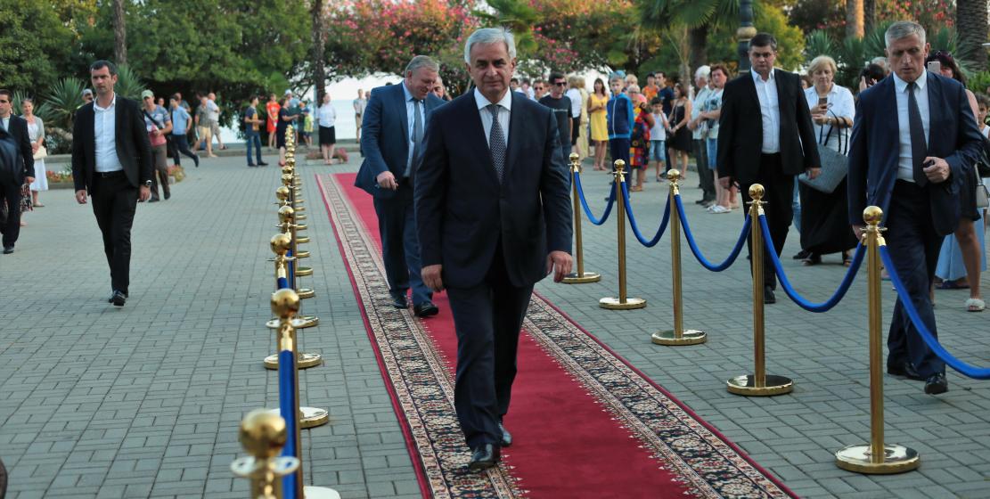 Президент Республики Абхазия Рауль Хаджимба входит в Абхазский драматический театр