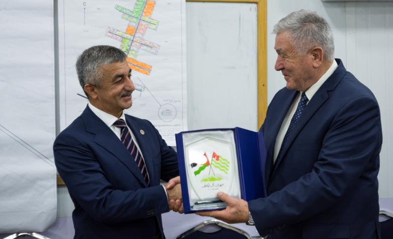 Мусса Экзеков и Хасан Абаза (Чичба) обменялись памятными подарками