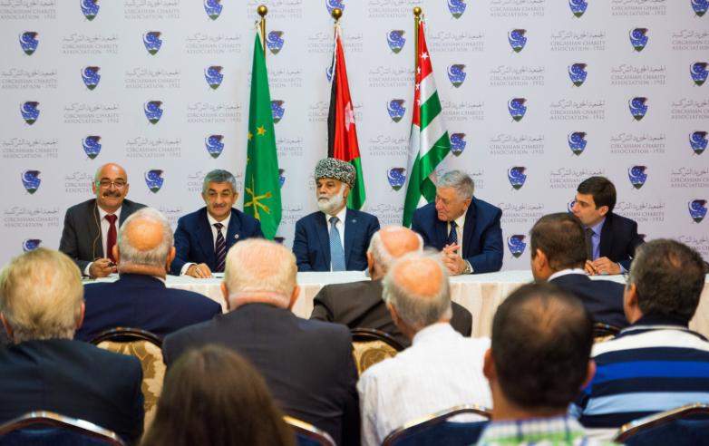 Встреча с абхазо-абазинской диаспорой Иордании. Слева направо в президиуме: Набиль Абыда, Мусса Экзеков, Зухди Джанбек, Хасан Абаза (Чичба), Инар Гицба.