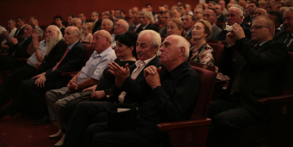 Зрители торжественного концерта, проходившего в Абхазском драматическом театре