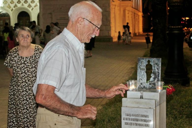 Зураб Адзинба у памятника пропавшим без вести