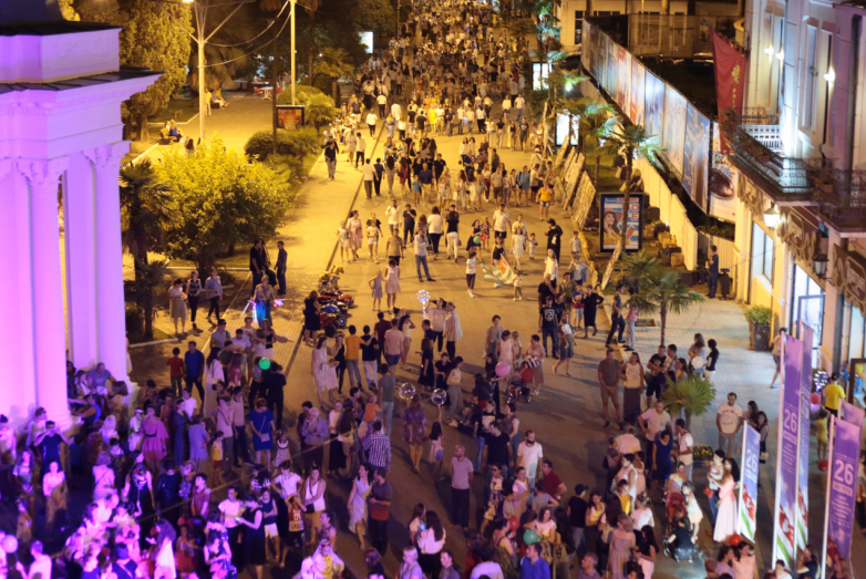 На фото: Сухумская набережная во время народных гуляний, посвященных Дню признания независимости Абхазии