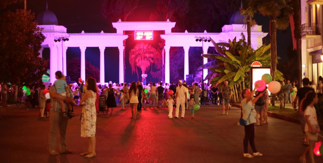Площадь возле знаменитой абхазской Брехаловки была многолюдной
