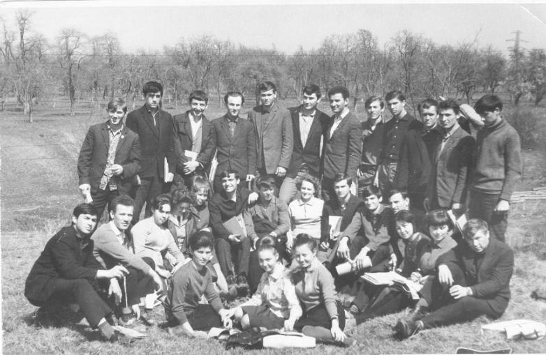 Студенты Горского сельскохозяйственного института на отдыхе. 1968 год