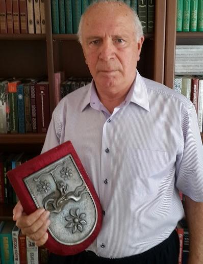 Магомет Кишмахов с гербом Абхазии, подаренным Владиславом Ардзинбой