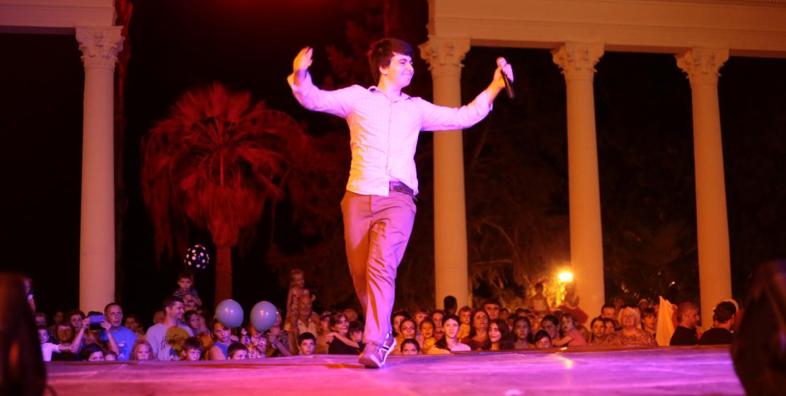 На фото: участник праздничного концерта исполняет национальные песни
