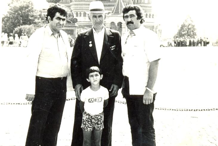 Мухадин Шенкао – аспирант Московского инженерно-строительного института с отцом Али и сыном Асланом (по центру), старшим братом Мухамедом. Москва, 1982 год