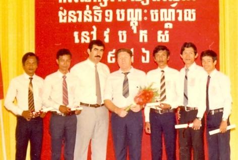 Ülkenin Polpot'tan kurtarılmasından sonra ilk inşaat mühendisliği mezunlarından çalışkan öğrenci gurubu. Punon Pen, Kamboçya,1986 yılı