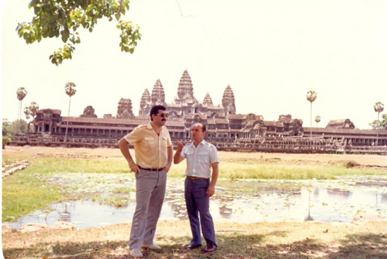 Bölümdeki meslektaşı Mihail Press ve Muhadin Şenkao, dünyaca ünlü tapınak kompleksi Angkor Wat'ta. Siem Reap, Kamboçya,1987 yılı