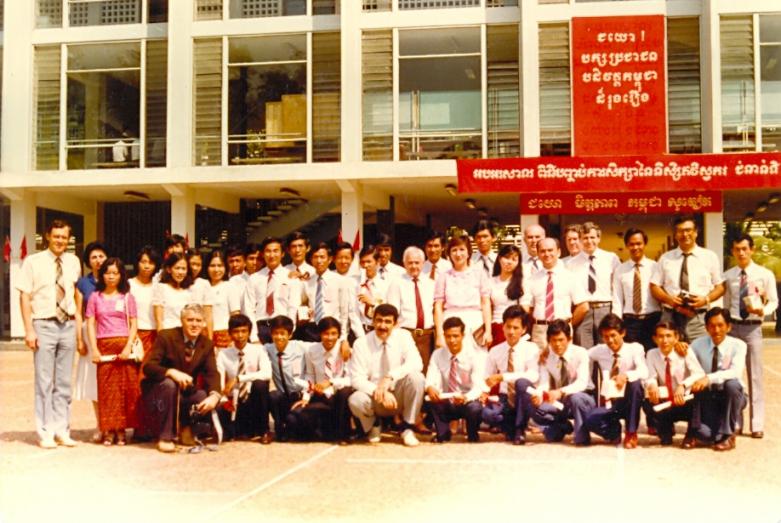 Öğretmenler ve Yüksek Teknik Enstitüsü İnşaat Mühendisliği bölümünün ilk mezunları. Punon Pen, Kamboçya,1986 yılı