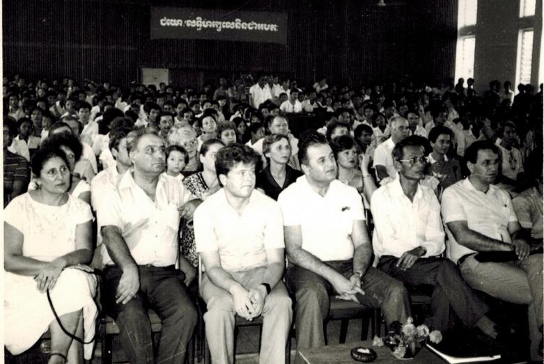 Yüksek Teknik Enstitüsünün konferans salonunda, Abhazya vokal-enstrümantal gurubu «Apsnı-67» gösterisi. Ön sırada oturanlar: sağdan ikinci Kamboçya Milli Eğitim Bakanı Pen Navut ve sağdan üçüncü kültür heyeti başkanı, Abhazya Sovyet Sosyalist Özerk Cumhuriyeti'nin ilk başkan yardımcısı Vyaçeslav Tsugba. Punon Pen, Kamboçya, 1985 yılı