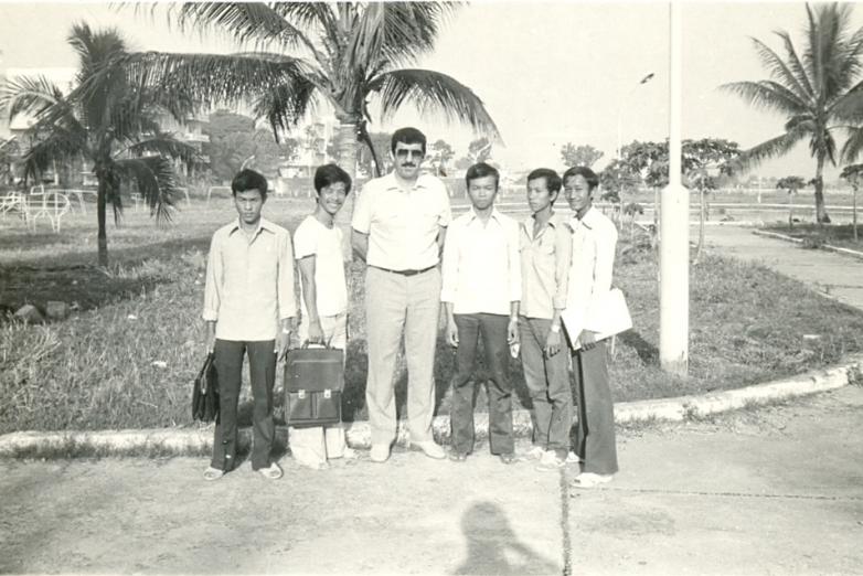Yüksek Teknik Enstitüsü inşaat fakültesi 1. sınıf öğrencileri. Punon Pen, Kamboçya, 1985 yılı