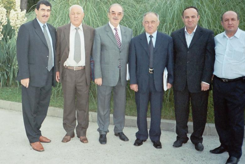 Uluslararası Çerkes Birliği (UÇB)Yürütme Kurulu üyeleri. Fotoğraftakiler: sağdan sola – Denis Çaçhaliya, Yuriy Argun, Ünal Agaçev, Şaraf Marşan, Muhadin Şenkao. Lazarevskoe, 2004 yılı