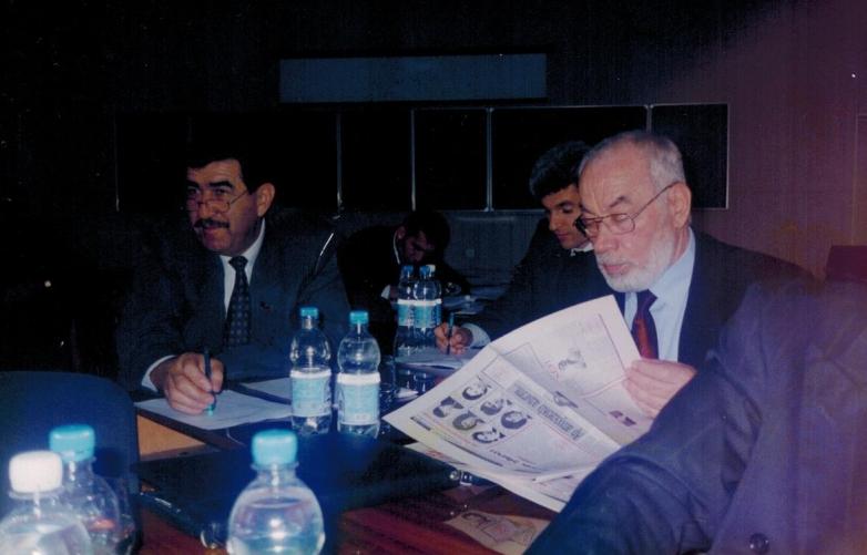Boris Akbaşev ve Muhadin Şenkao Uluslararası Çerkes Birliği Yürütme Kurulu toplantısına ara verildiğinde. Nalçik, 2003 yılı