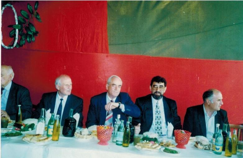 Abhaz şair Bagrat Şinkuba'nın 80.yıldönümü kutlamalarında. Soldan sağa fotoğraftakiler: Sokrat Cincoliya, Konstantin Ozgan, Muhadin Şenkao ve Vyaçeslav Tsugba. Çlou, 1997 yılı
