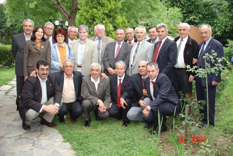 Türkiye, Ürdün, Abhazya, Kabardino-Balkar, Adıgey, Karaçay Çerkes'ten Uluslararası Çerkes Birliği Yürütme Kurulu üyeleri, çalışmalarının bitiminden sonra. İstanbul, 2004 yılı