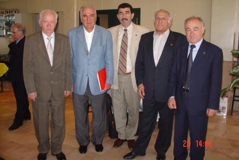 Uluslararası Çerkes Birliği Yürütme Kurulu üyeleri, toplantı sonrasında. Soldan sağa fotoğraftakiler: Yuriy Agrba, İrfan Argun, Muhadin Şenkao, Vladimir Ayüdzba ve Yuriy Argun. İstanbul, 2004 yılı