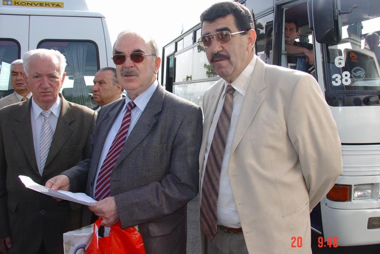Uluslararası Çerkes Birliği Yürütme Kurulu üyelerinin toplantı alanına gelişi. Soldan sağa fotoğraftakiler: Yuriy Agrba, Ünal Agaçev, Muhadin Şenkao. İstanbul, 2004 yılı