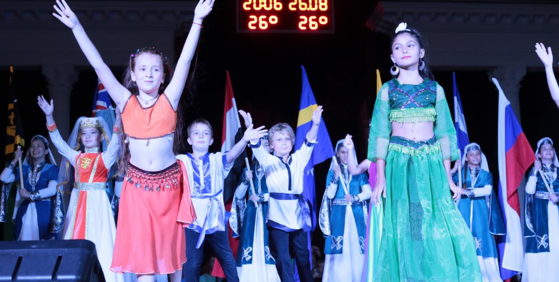 «Танец дружбы» в исполнении участников праздничного концерта