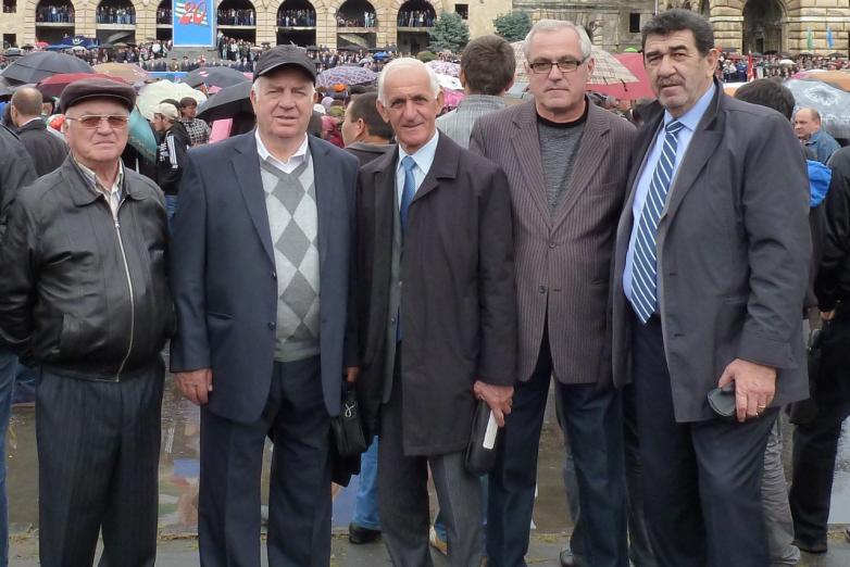 Abhazya Ulusal Kurtuluş Savaşı Zaferi'nin 20.yıl kutlamalarında. Soldan sağa fotoğraftakiler: Aleksey Ladariya, Server Amiçba, Lev Amiçba, Ruslan Gergiya, Muhadin Şenkao. Suhum, 2013 yılı