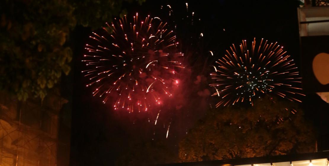 В завершении дня 26 августа небо над Сухумом осветил праздничный салют