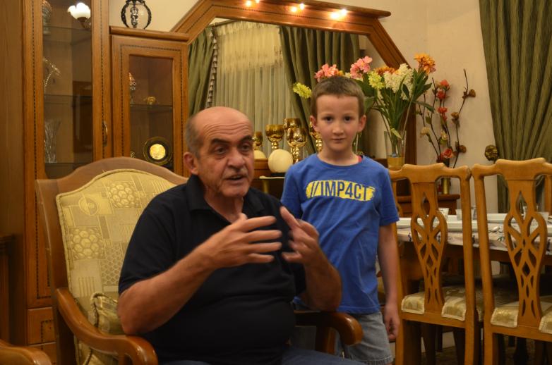 Азиз Абаза (Мхце) с внуком Хайрилдином в своем доме в августе 2019 года