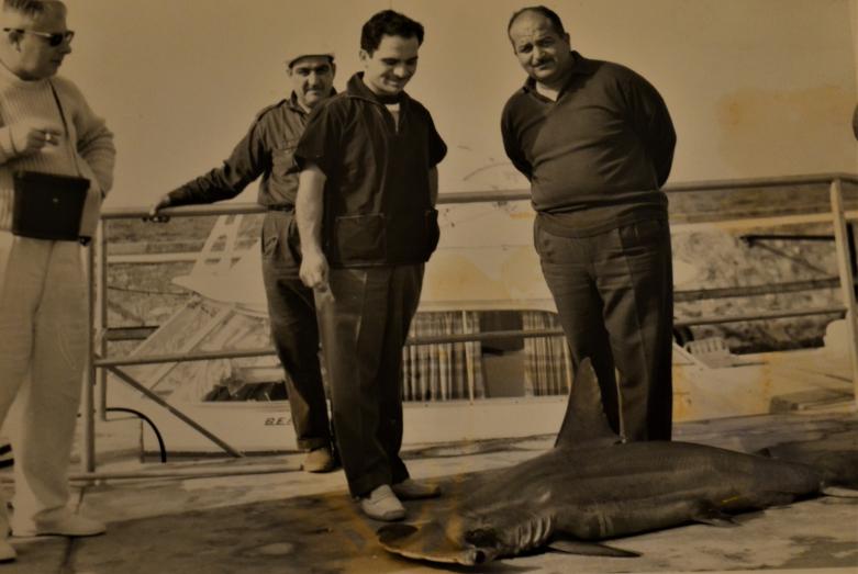 Отец Азиза, Хайрилдин Абаза (Мхце), во время службы в Специальном командовании Королевской гвардии Иордании – на рыбалке с ныне покойным Его величеством королем Иордании Хусейном ибн Талалом
