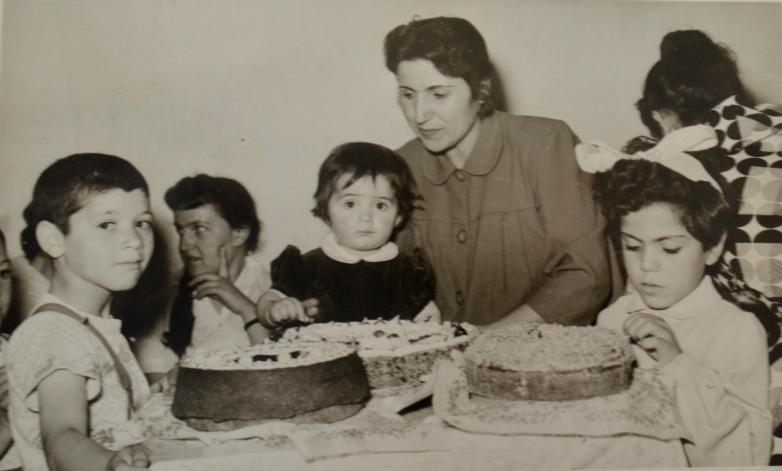 Азиз Абаза (крайний слева) с матерью Фатимой задувает свечу на торте в свой день рождения