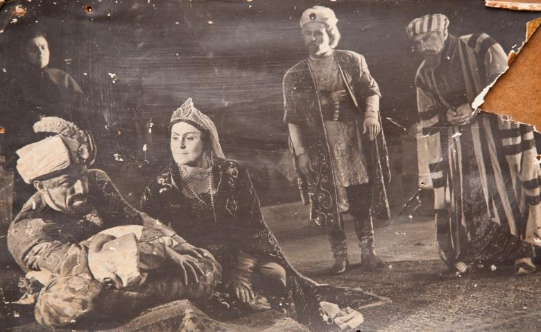 Сцена из спектакля Александра Сумбаташвили-Южина «Измена», постановка Шараха Пачалиа, на сцене Минадора Зухба, Шарах Пачалиа