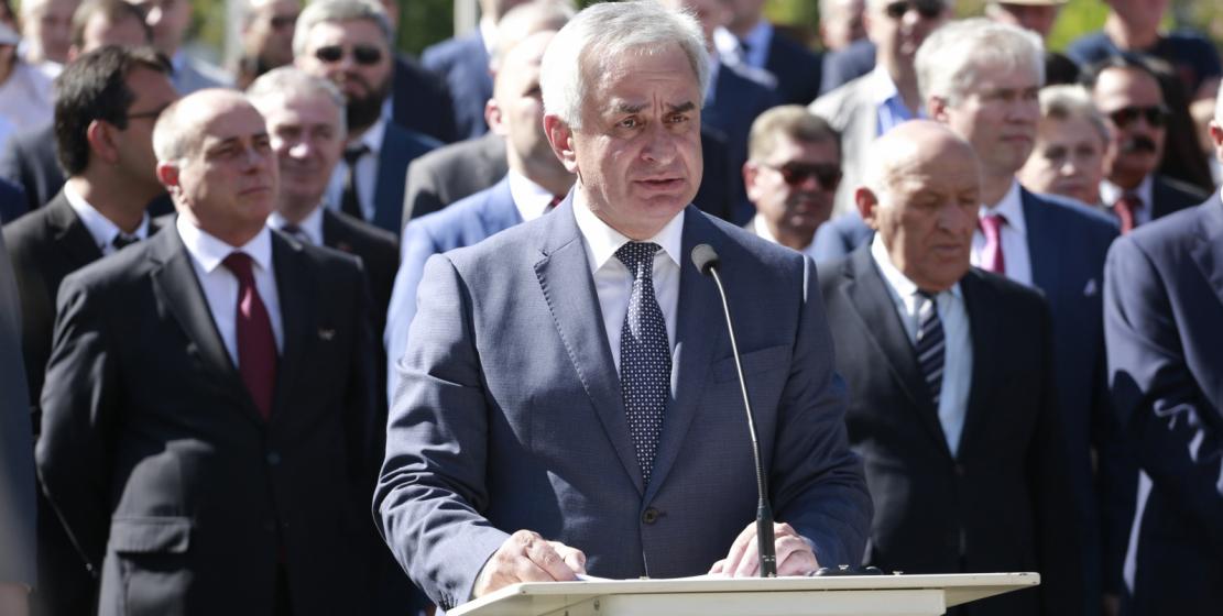 رئيس جمهورية أبخازيا راؤول خادجيمبا يلقي كلمة امام الجمهور