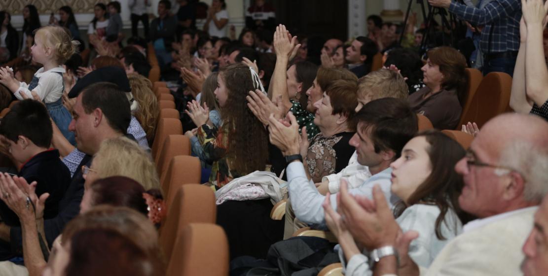 قاعة أوركسترا الدولة كانت  مزدحمة. الجمهور أعجب كثيرا بفقرات الحفل
