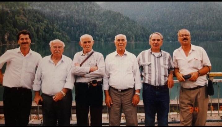 Дедушка Ануара Чкуа, Шариф Чкуа (третий справа) на озере Рица во время визита в Абхазию в 1994 году для участия во втором заседании Конгресса