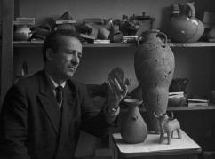 Михаил Трапш изучает древние предмета быта, найденные на Сухумской горе