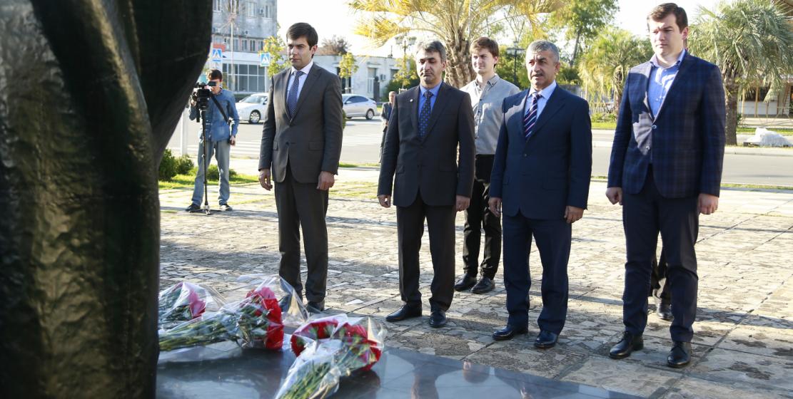 Перед церемонией открытия турнира члены команды ВААК во главе с Муссой Экзековым возложили цветы к памятнику погибшим во время Отечественной войны народа Абхазии 1992-1993 годов.