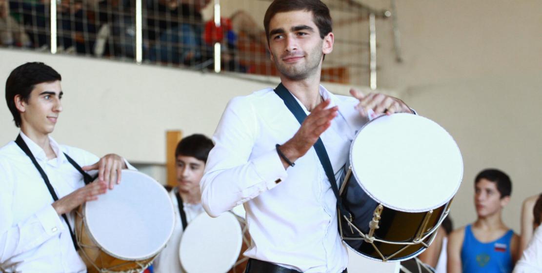 Особенно зрелищным был выход молодых барабанщиков.