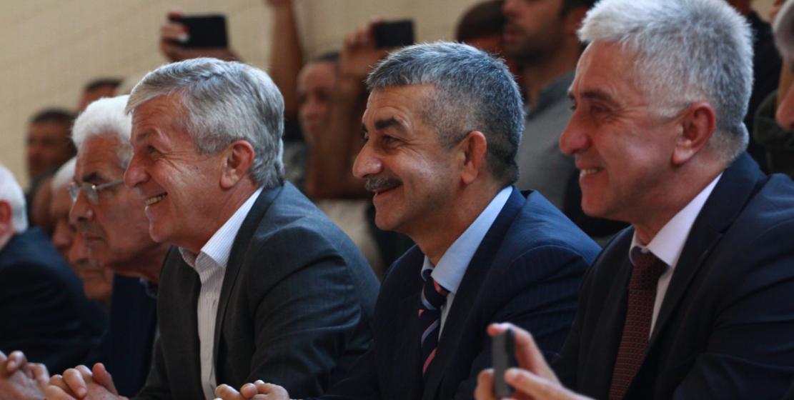 На фото, справа налево: министр по репатриации Республики Абхазия Беслан Дбар, председатель Высшего совета ВААК Мусса Экзеков и глава администрации Гудаутского района Руслан Ладария.