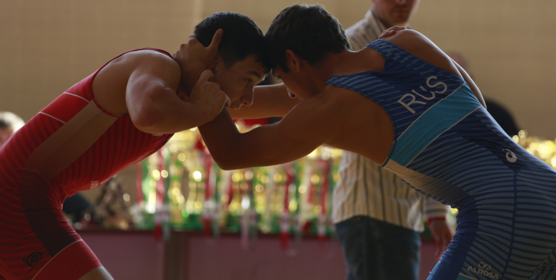 Молодые спортсмены во время очередного боя.