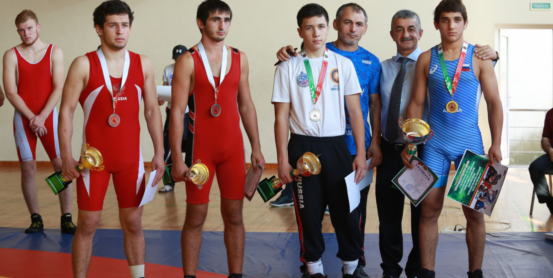 На фото: призеры турнира вместе с председателем ВС ВААК Муссой Экзековым.