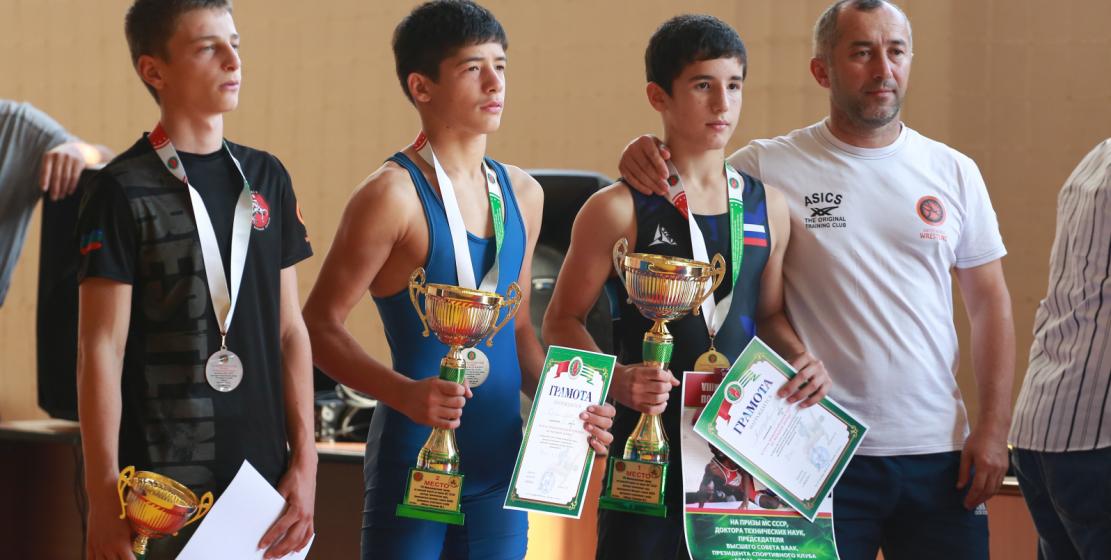 Участники турнира во время церемонии награждения.