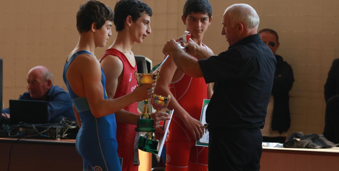 Юные борцы получают заслуженные медали и кубки.