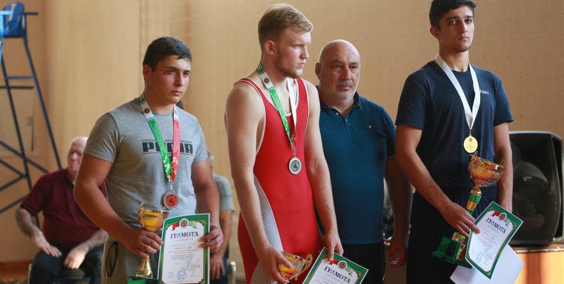 Многие борцы признаются, что с радостью примут участие в турнире на следующий год. На фото: церемония награждения.