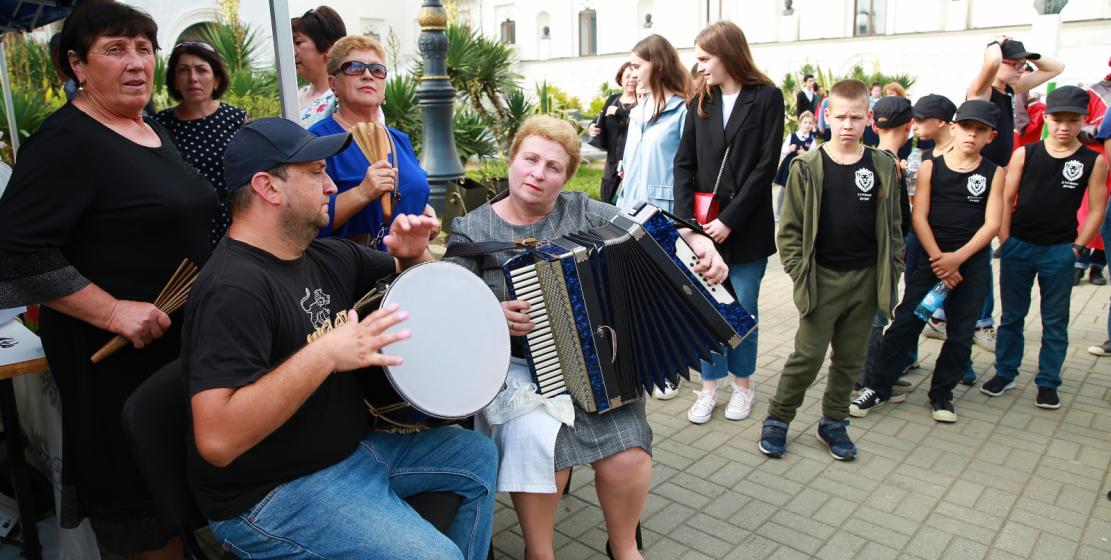 أصبحت المنطقة الواقعة على كورنيش المهاجرين بالقرب من المسرح الأبخازي الحكومي في ذلك اليوم مركزا حيويا يجذب العشرات من الناس