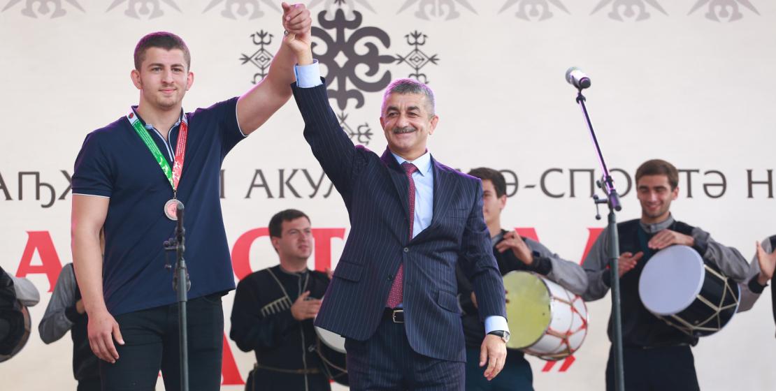 موسى إيكزيكوف يدعة المصارع الشاب من تركيا إلى المسرح ، الذي جاء لأول مرة إلى وطنه التاريخي ، و تلقى المصارع سردار شامل غول دوخما ميدالية فخرية من السيد ايكزيكوف