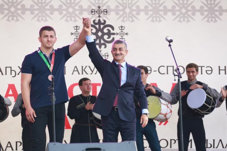 Мусса Экзеков пригласил на сцену молодого борца из Турции, который впервые приехал на историческую родину. Сердар Шамиль Гюль Дохмаа получил из рук Экзекова почетную медаль.