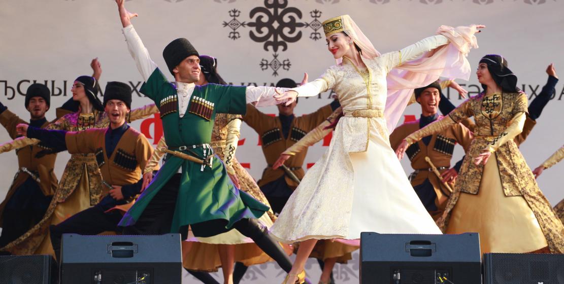 Ateşleyici ulusal danslar ve sanatçılar büyük alkış aldılar.