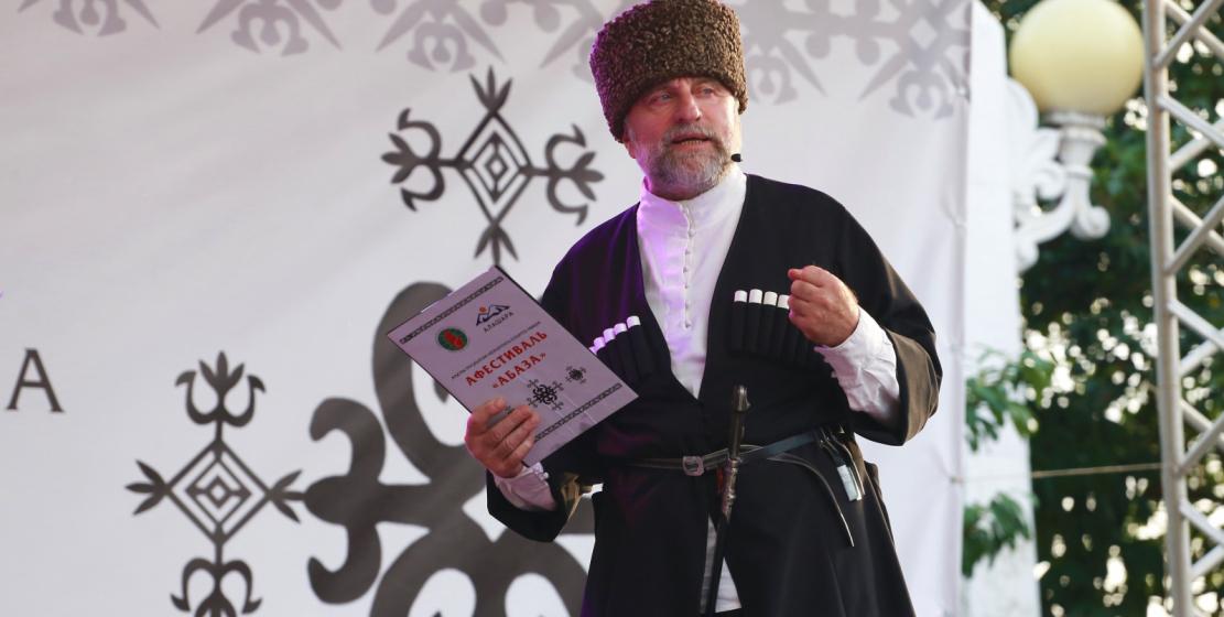 Konsere sunuculuk yapan ünlü Abhaz aktör Kiasou Hagba.