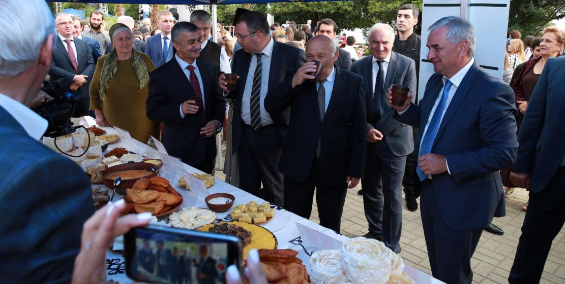 قيادة الدولة شاركت في المهرجان بما في ذلك الرئيس راؤول خادجيمبا الذي تذوق الرئيس أكلات من المطبخ الأبازيني الشعبي
