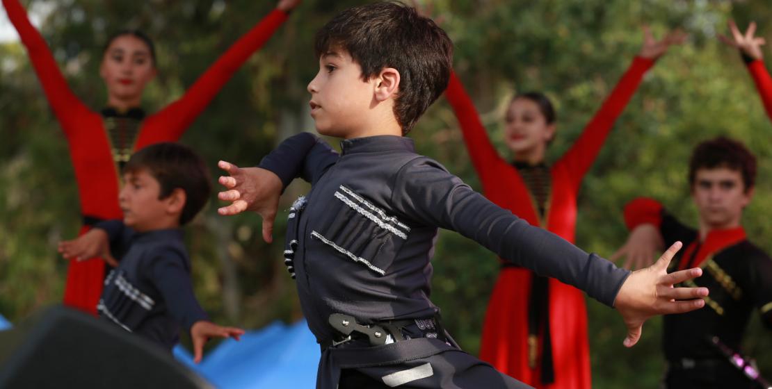 اداء الرقصات القوقازية من قبل الفرق الأبخاز ية والأبازينية